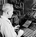 Tel Aviv. Typograaf aan het werk achter een linotype zetmachine in de drukkerij , Bestanddeelnr 255-1880.jpg