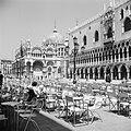 Terrassen op het San Marcoplein voor het Dogenpaleis met op de achtergrond de Ba, Bestanddeelnr 254-2040.jpg