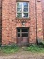 Tiiliseinä ja ovi Vallisaaressa.jpg