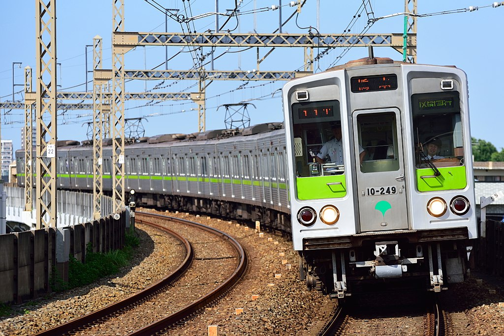 https://upload.wikimedia.org/wikipedia/commons/thumb/a/a8/Toei_Subway_10-000_series_6th-batch_set_20170529.jpg/1024px-Toei_Subway_10-000_series_6th-batch_set_20170529.jpg