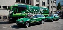 Photgraphie présentant les véhicules de l'équipe avec le nouveau sponsor Europcar.