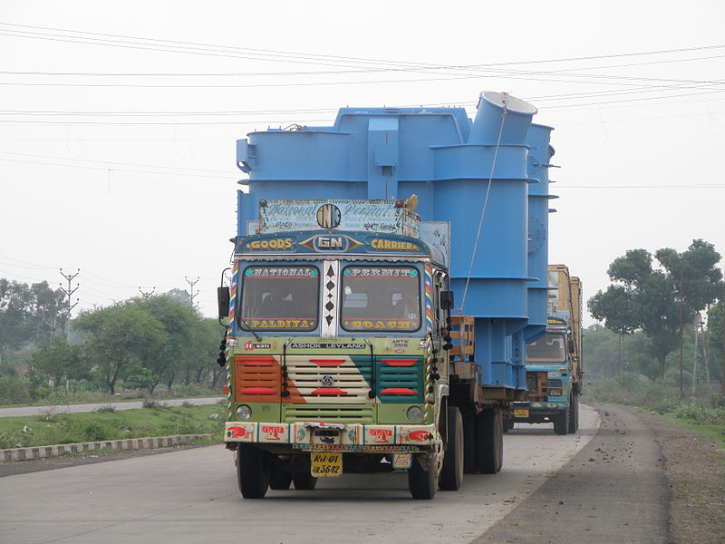 File:Truck carrying a large load in Indore (front view).JPG