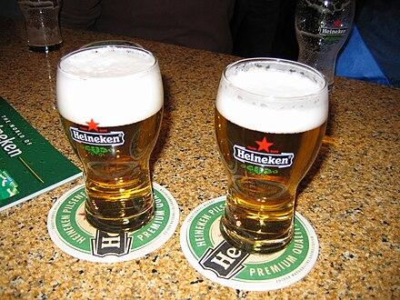 Zwei Gläser Heineken Pilsener