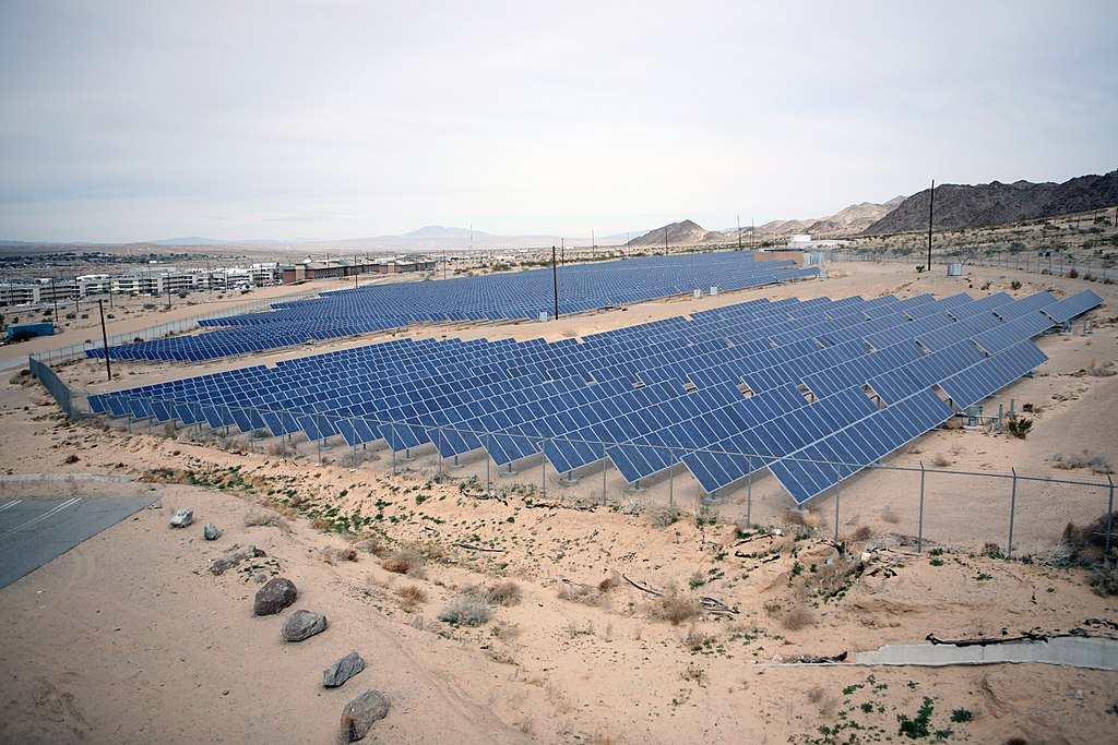 File Us Navy 090213 M 4820h 035 An Array Of Solar Panels
