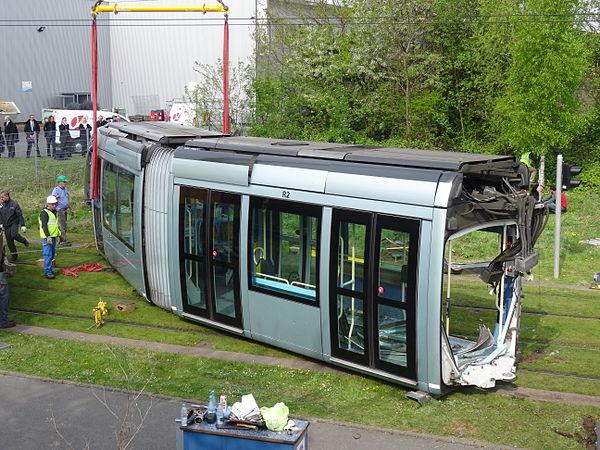 Valenciennes & Anzin - Déraillement de la rame de tramway n° 17 à la sortie du dépôt de Saint-Waast le 11 avril 2014 (026).JPG