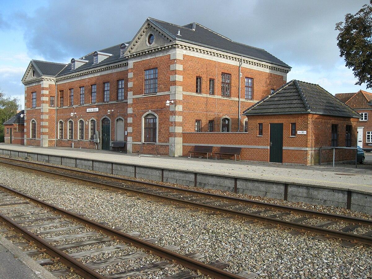 1200px-Varde_Vest_Station Varde on greve strand,