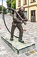 Villach Hanns Gasser Platz Bronzeskulptur Feuerwehrmann 26062018 3679.jpg