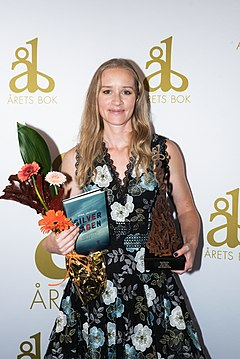 Stina Jackson mottar priset för Årets bok år 2019.