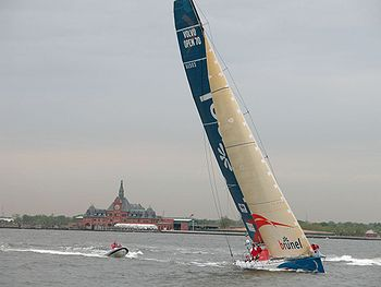 De ING Real Estate Brunel tijdens de finish in New York van de Volvo Ocean Race 2005-2006.