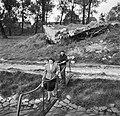 Vrouw met de boodschappen en man met een fiets komen over de loopplank aan boor…, Bestanddeelnr 254-1493.jpg