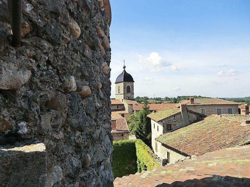 Vue de l'église-forteresse de Pérouges depuis la tour de guet.