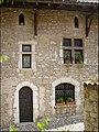 Vue sur la façade d'une belle maison fleurie du village.jpg