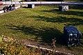 Wilfried Behre Acht Steinskulpturen 2000 Appelstraße Hannover drei Steinskulpturen im Innenhof der Universität mit Studenten.jpg
