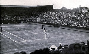 1913 Wimbledon Championships - Wimbledon finals 1913, Wilding (far side) vs McLoughlin (near side).