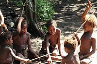 Yaohnanen Kinder spielen ein traditionelles Spiel