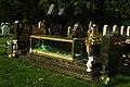 Yesidisches Gräberfeld Stadtfriedhof Hannover Lahe Pfau im Schaukasten auf dem Grab von Yezidi Suleiman Daoud.jpg