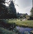 Zicht op de confectieborders en de verdiepte tuin, beiden uit 1960 - Dedemsvaart - 20351803 - RCE.jpg