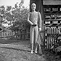"""""""Mož""""- čebelni panj (sicer vojak- avstrijski dragonar) že v slabem stanju. Desno roko drži na trebuhu in s tem dela deščico """"brado"""" za čebele. Tudi """"vojak"""" so mu rekli. Kočarija 1956.jpg"""