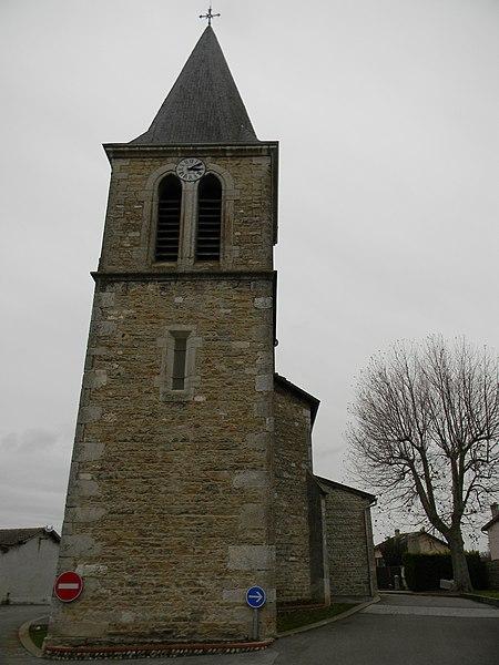 Vue arrière de l'église de Balan, dans l'Ain, avec le clocher en premier plan.