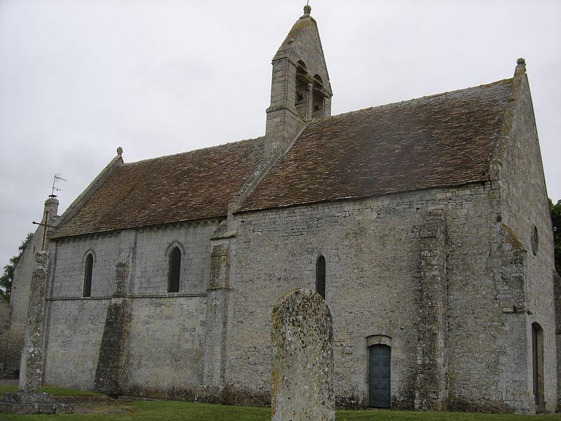 Façade sud-est de l'église Saint-Martin  au clocher peigne et dont le choeur au chevet plat est orné de modillons