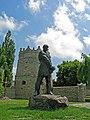 Мури з круглою баштою (мур.) і пам'ятник Кармелюку Летичів.jpg
