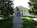 Памятник В.И. Ленину на фоне бывшего Покровского храма г. Белинского.jpg