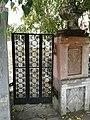Старинная решётка на воротах районного дома культуры Троицка Челябинской области.jpg