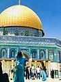 في القدس تعريف الجمال مثمن الأضلاع ازرق فوقه ما دام عزك قبة ذهبية تبدو برأيي مثل مرآة محدبة ترى وجه السماء ملخصاً فيها.jpg