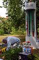 005e06d Pressekonferenz WasserKunst Zwischen Deich und Teich, Siegfried Neuenhausen bei der Arbeit an seiner Installation AUS DEM TEICH IN DIE FLASCHE, Edelhof Quelle Mineralwasser.jpg