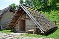 02016 0036 Rekonstruktion eines slawischen Grubenhauses im Freilichtmuseum Trzcinica, Beskiden.jpg