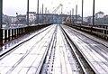 099R19160183 Reichsbrücke, Blick Richtung Engerthstrasse stadteinwärts, Gleise der Strassenbahntrasse, im Hintergrund die noch vorhandenen Tragwerke der Ersatzbrücke.jpg