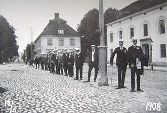 Nyköping - Students pose along the street in 1908.