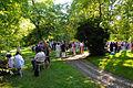 200k12d Ausstellung WasserKunst Zwischen Deich und Teich, Besuchern sammeln sich langsam zu Gruppen in der historischen Parkanlage vom Edelhof Ricklingen in Hannover.jpg