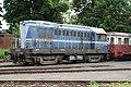 9.Lokomotiva T 435 0114 - číslo 714120-8 modrá zepředu zprava čelo a levý bok s vagonem od nádraží Benešov - historické.JPG
