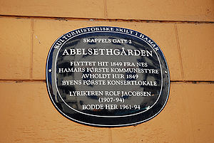 Rolf Jacobsen (poet) - Sign at former home of Rolf Jacobsen in Abelsethgården