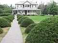 Allée de conifères, en façade de la Villa Estevan, aux Jardins de Métis, Grand-Métis, Québec - panoramio (1).jpg