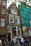 foto van Pand met trapgevel, rijk versierd met banden en blokjes