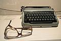 Arno Schmidt Schreibmaschine u Brille.JPG