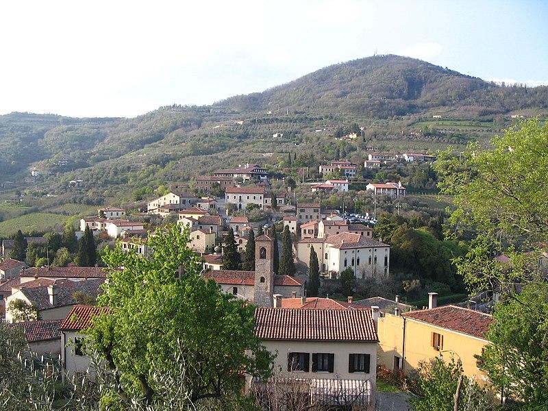 File:Arquà Petrarca- Vue générale du village au pied du Monte Ventolone (408m).JPG