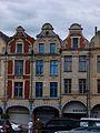 Arras façades rouges et bleues.jpg