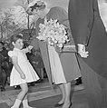 Artis 125 jaar dierentuin. Koningin Juliana ontvangt bloemen van Narda Overgoor,, Bestanddeelnr 915-1170.jpg