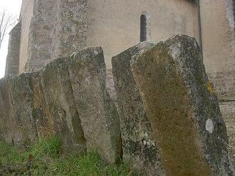 Avant-lès-Marcilly - Image: Avant les Marcilly église 04 pallisade de pierres dressées