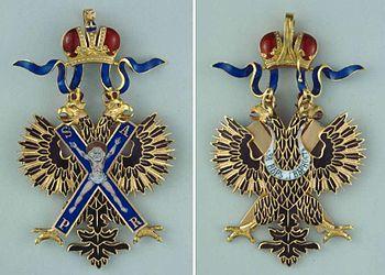 Знак в виде креста к ордену Св. апостола Андрея Первозванного. Лицевая (слева) и оборотная стороны знака.
