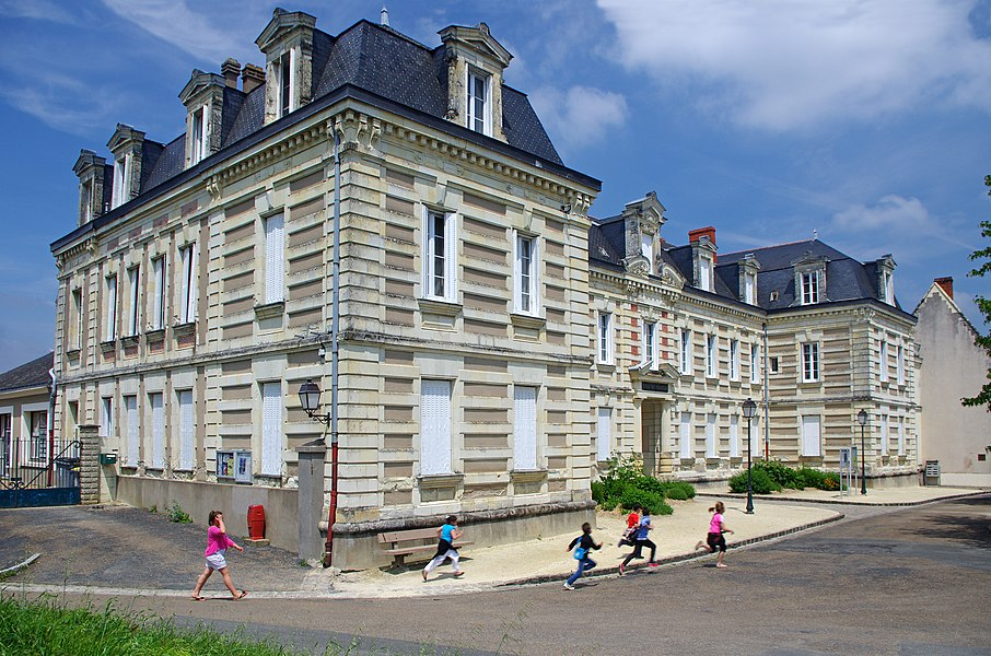 L'école primaire du Château, place du Château.  L'école a été construite en 1871 par l'architecte Auguste Beignet (1837-1924), né à beaufort.   The school was built in 1871 by architect Auguste Beignet (1837-1924), born in Beaufort.