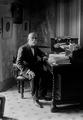 Bernardino Machado sentado à secretária, no seu gabinete de trabalho, 1914.png