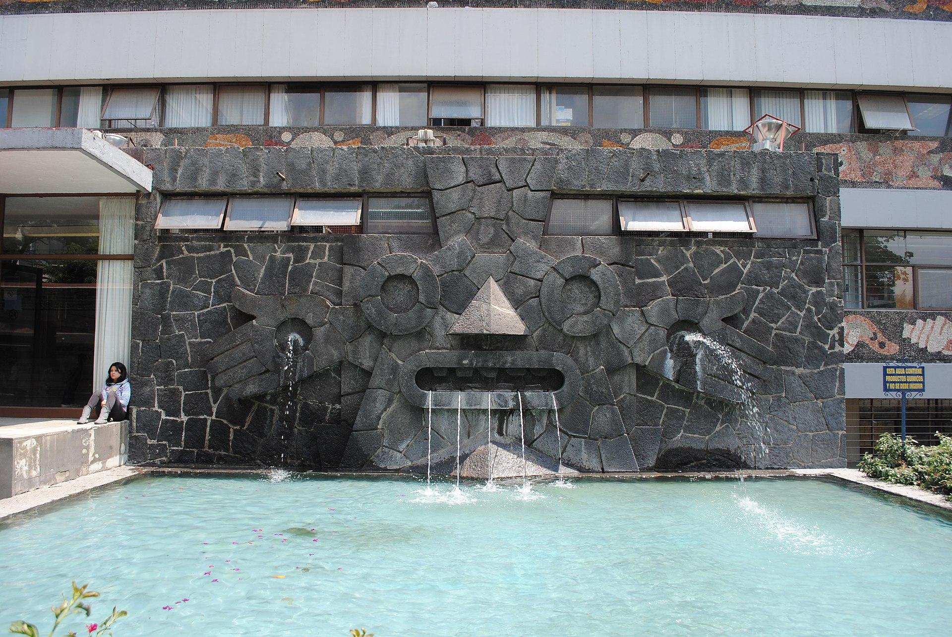 Fuente de Tláloc de la Biblioteca Central de la UNAM