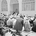 Biddende moslims bij een gebouw, vermoedelijk een moskee, Bestanddeelnr 255-3276.jpg