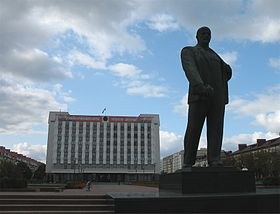 Bobruisk cityhall and Lenin BY.jpg