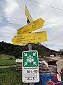 Breitenau (Kiefersfelden) — Wegweiser und Rettungstreffpunktschild.JPG