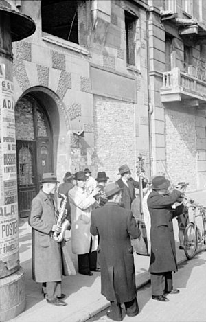 Warsaw dialect - A street band playing Warsaw folk music during World War II
